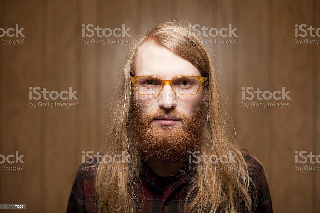 Jeune homme barbu avec Cheveux longs et Lunettes à grosses montures photo  libre de droits 104dd6b86627