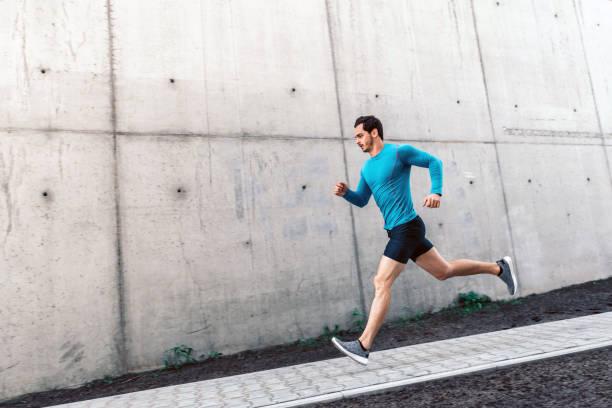 junge bärtige Sportler läuft Treppen im freien – Foto