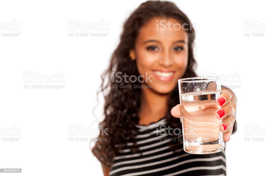 jeune belle fille africaine tenant un galass d'eau sur fond blanc - Photo