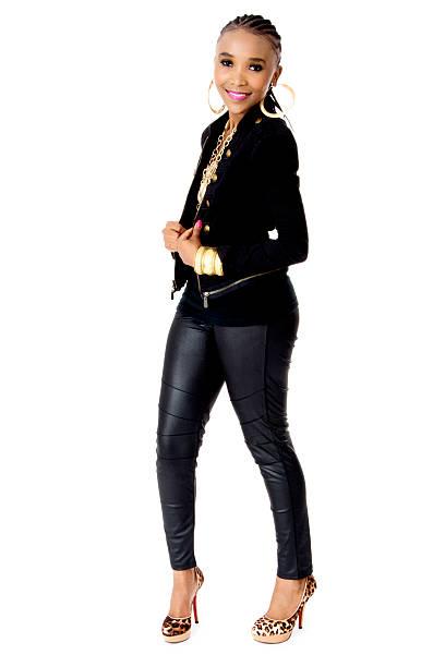 junge schöne afrikanische frau mit einem schwarzen jacke - goldgefüllte kette stock-fotos und bilder