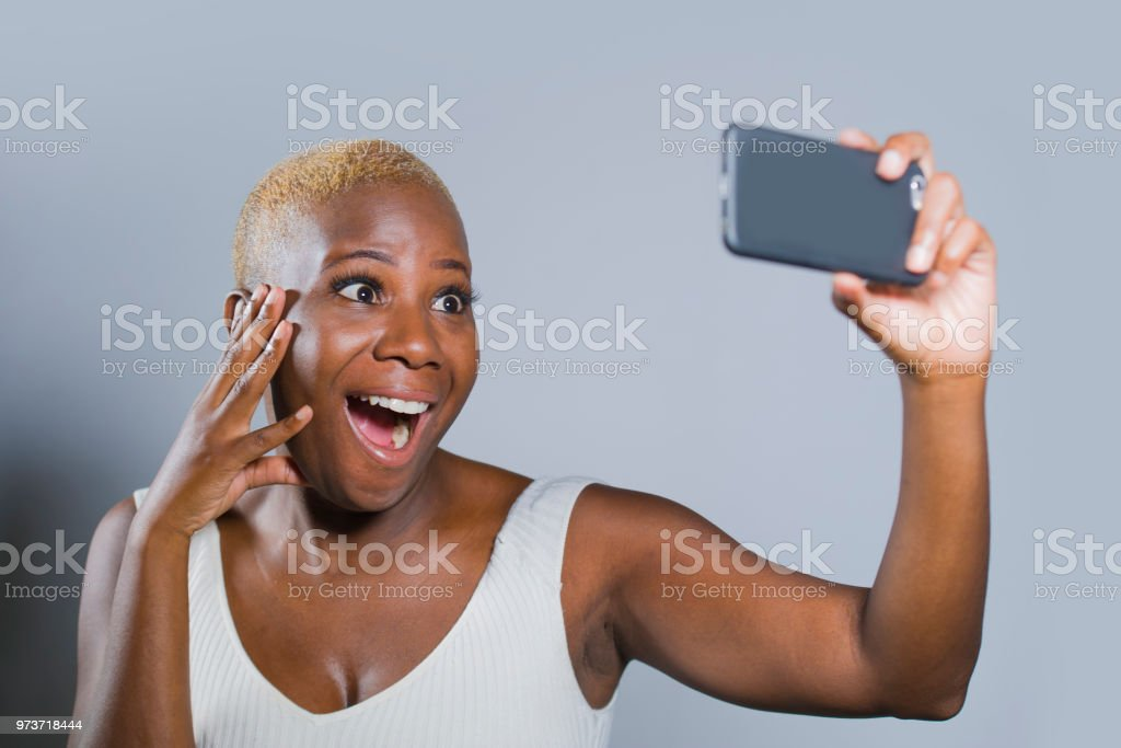 Unga vackra svarta kvinnor