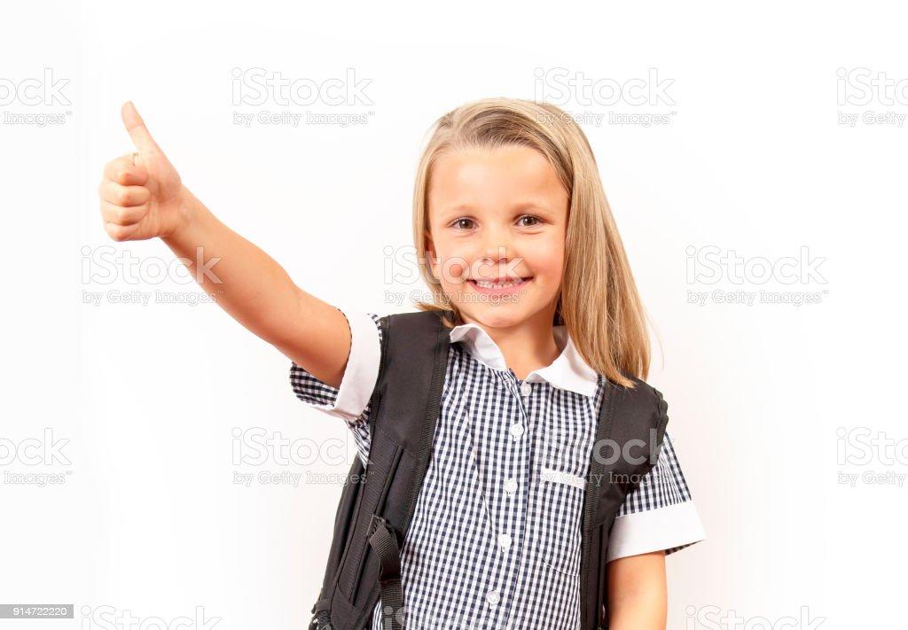 jung schön und glückliches Kind Mädchen 6-8 Jahre alt blondes Haar und blaue Augen Lächeln begeistert tragen Schuluniform und Rucksack isoliert auf weißem Hintergrund in Kind Bildungskonzept – Foto