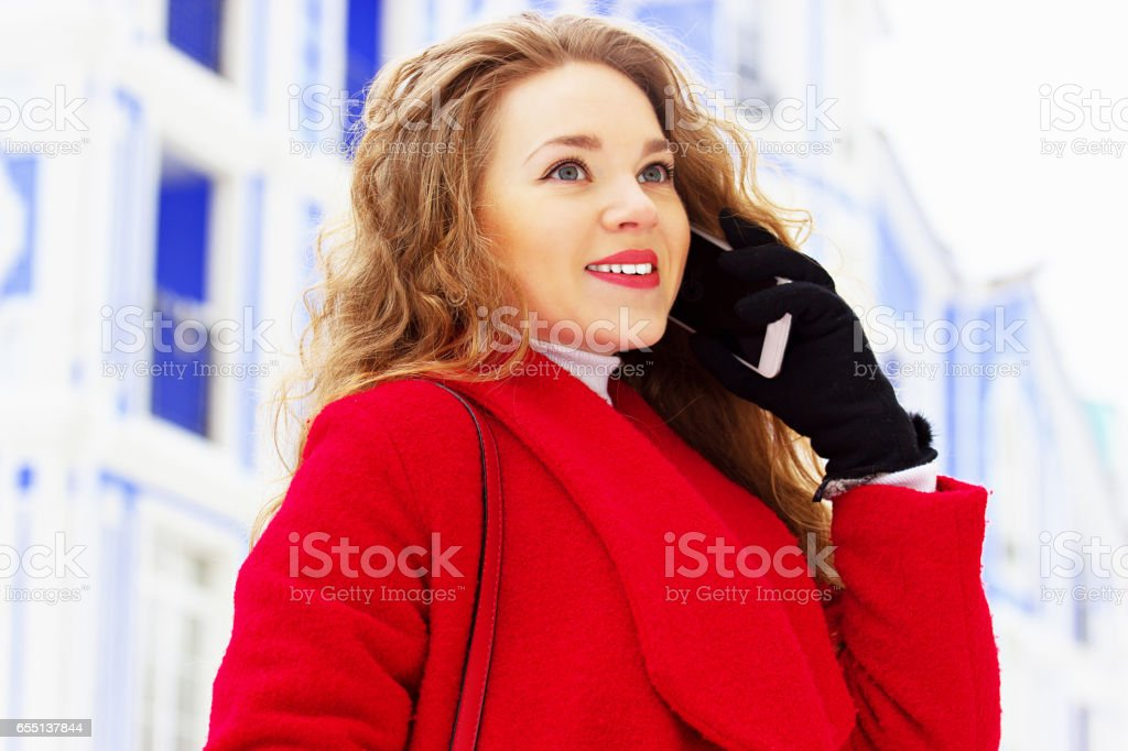 Schöne Und Junge Auf Accessoires Stockfoto Blonde Sprechen Mädchen Bilder Damenmode Roten Von Mantel Stilvolle Ihrem Mehr Handy Haar Im 1lcFJK