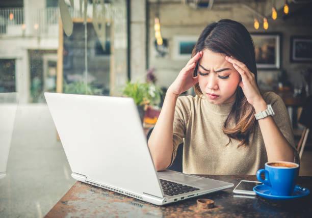 ung vacker asiatisk kvinna känsla ont, trötthet, huvudvärk och stressad arbeta med laptop i kaffe butik café, vintage ton, office syndrom koncept - kronisk sjukdom bildbanksfoton och bilder