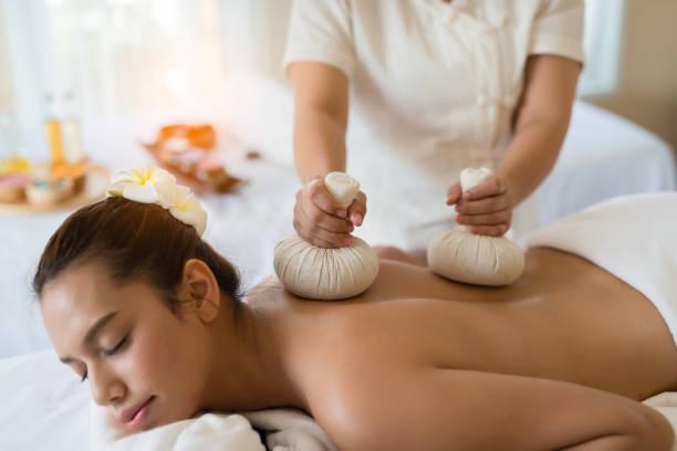 Hermosa asiática joven relajante en el spa masaje - foto de stock