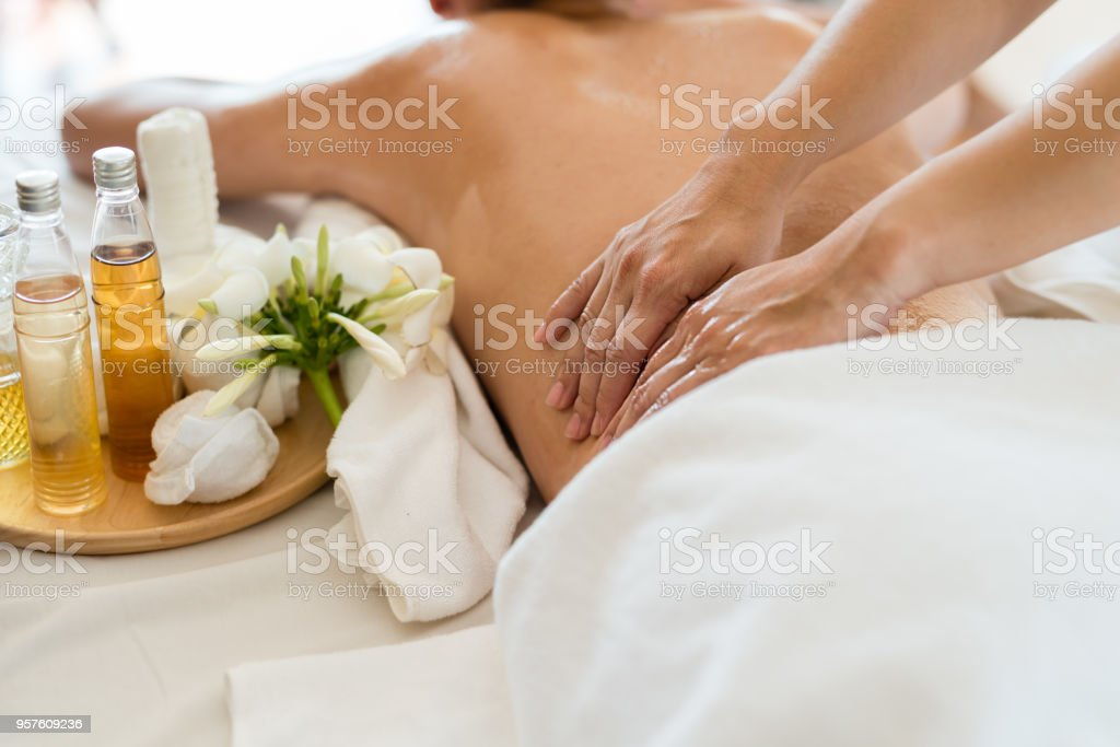 Young beautiful Asian woman sleep relaxing in the Oil spa massage in salon. Select focus hand of masseuse - foto stock