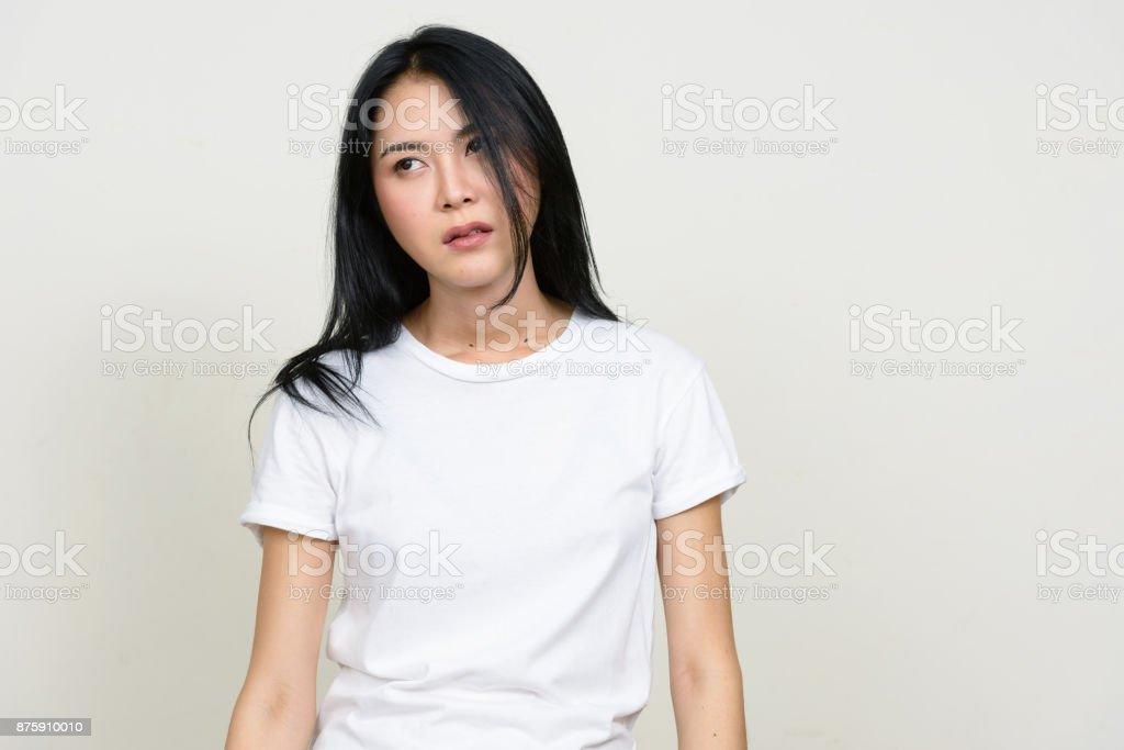 Jeune Blanche Femme Chemise Sur Dune Blanc Fond Asiatique Belle Vêtu dYaqd5
