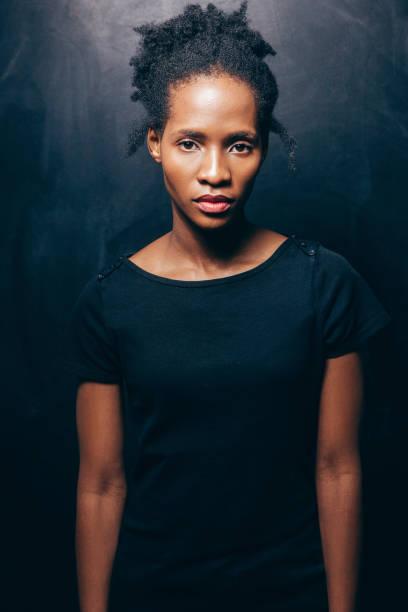 Junge schöne schwarze Frau, in die Kamera schauen – Foto