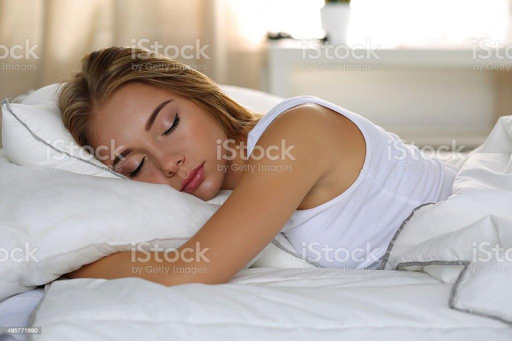Retrato de jovem Linda mulher loira deitada na cama para dormir - foto de acervo
