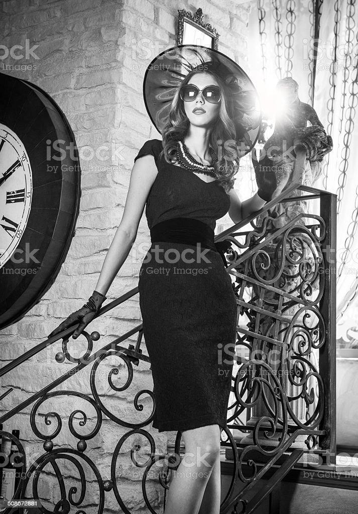 Junge schöne brunette Frau in Schwarz auf Treppe – Foto