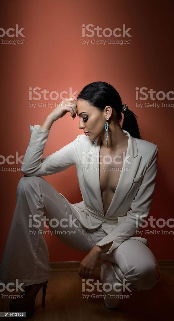 Junge schöne Brünette Frau in eleganten weißen Anzug – Foto