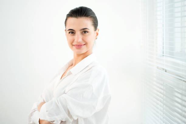 jeune belle femme d'affaires - cosmetique store photos et images de collection
