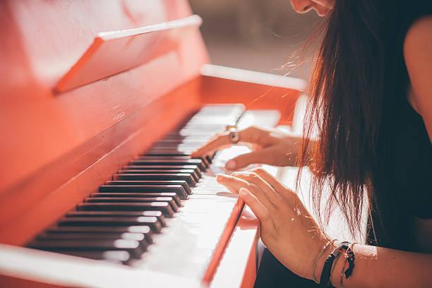 jungen schönen kaukasischen mädchen spielen klavier - kreatives schreiben übungen stock-fotos und bilder
