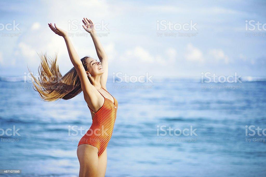 Jungen schönen kaukasischen Frau mit langen Haaren auf einem Strand – Foto