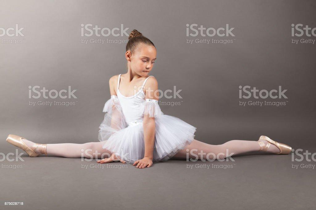 748630780f63c Genç güzel çocuk kız balerin Split pratik bale giyen beyaz tutu elbise açık  gri renkli yapıyor