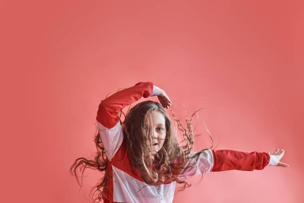 Junge schöne süße Mädchen tanzen auf rotem Grund, moderne schlanke hiphop-Style-Teenager-Mädchen springen – Foto
