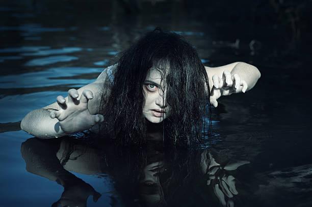 Joven hermosa mujer ahogado fantasma en el agua - foto de stock