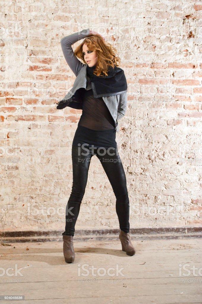 207f462b479 jonge mooie elegantie vrouw slijtage leer jurk royalty free stockfoto