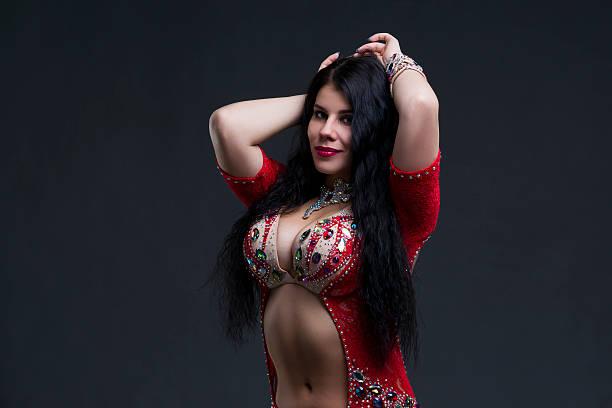 Junge schöne exotische östliche Frauen im roten Kleid ethnischen – Foto
