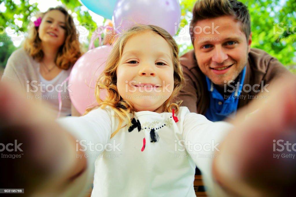 Junge schöne Familie nehmen selfie – Foto