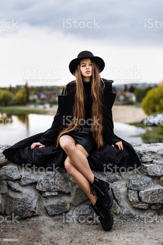 Junge schöne modische Frau mit Hut, lange Haare Lizenzfreies stock-foto