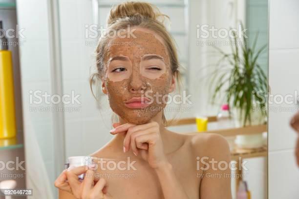 Mooi Meisje Gezicht Scrub Masker Toe Te Passen Op De Huid Stockfoto en meer beelden van Aanbrengen