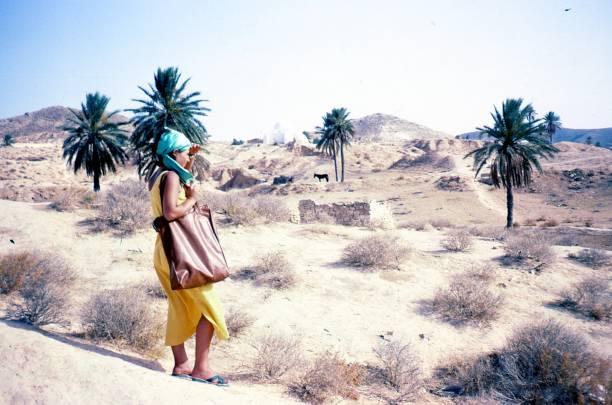 young beautiful girl in the middle of sahara desert - viagens anos 70 imagens e fotografias de stock
