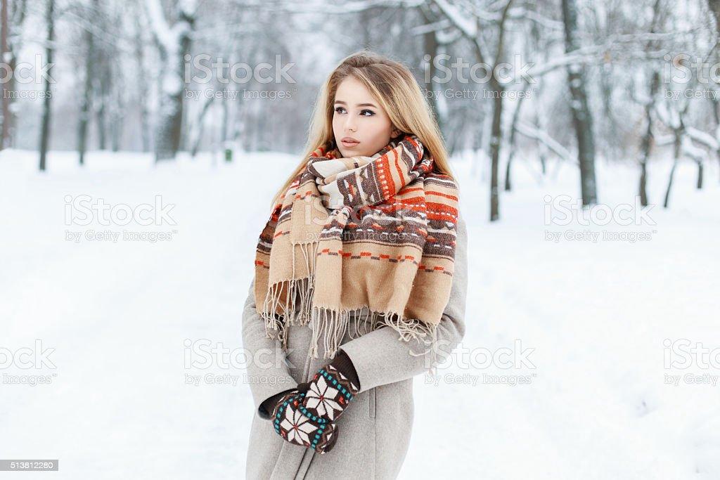 d629f1095e59 Giovane bella ragazza in inverno vestiti vintage foto stock royalty-free