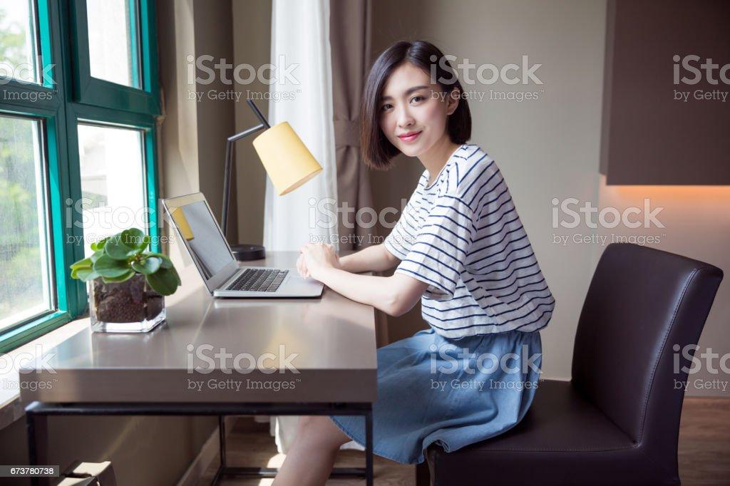 Dizüstü evde kullanan genç güzel kız royalty-free stock photo