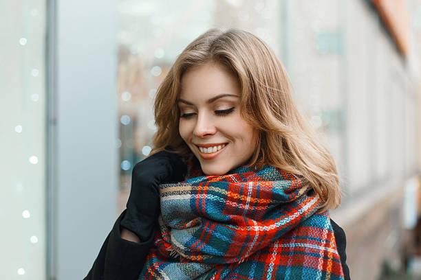 junge schöne mädchen mit einem lächeln im vintage-schal - wintermantel damen wolle stock-fotos und bilder