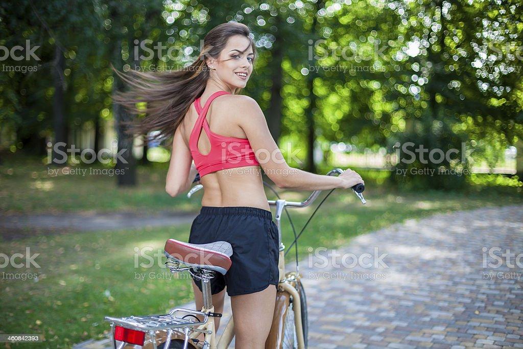 Joven hermosa Chica con bicicleta - Foto de stock de Actividad libre de derechos