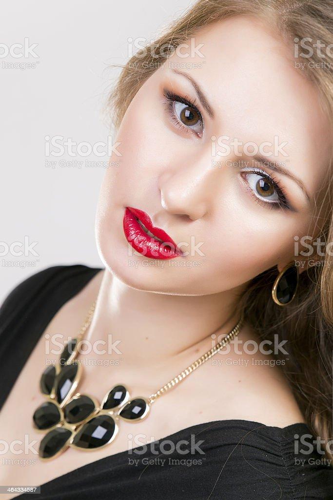 Joven Hermosa Chica Con Maquillaje Y Peinado En Vestido