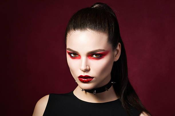 junge wunderschöne gotische frau mit weißer haut und rote lippen - vampir schminken frau stock-fotos und bilder
