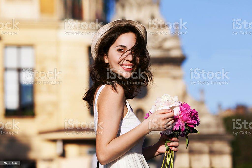 Young beautiful happy smiling lady walking on street. Model wearing – Foto