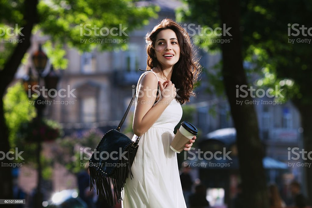 Young beautiful happy smiling lady walking on the street, holding – Foto