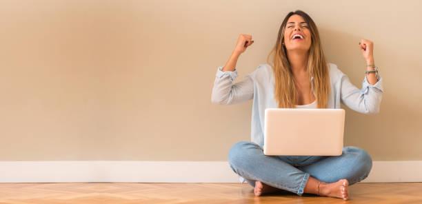 junge schöne spanische frau zu hause - damen shirts online stock-fotos und bilder