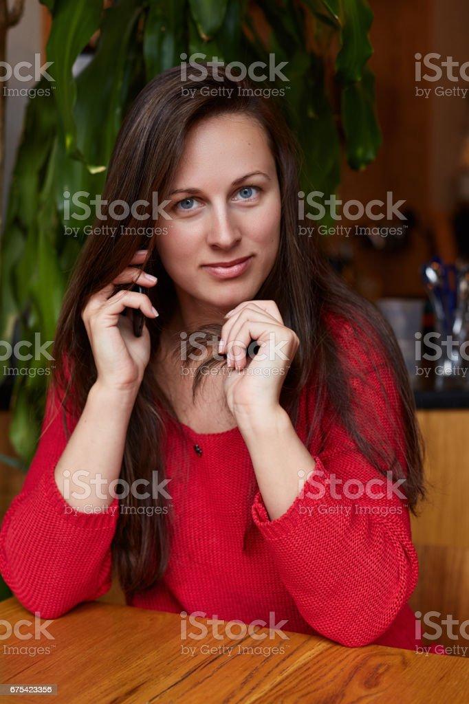 Genç güzel kadın telefonla konuşuyor royalty-free stock photo
