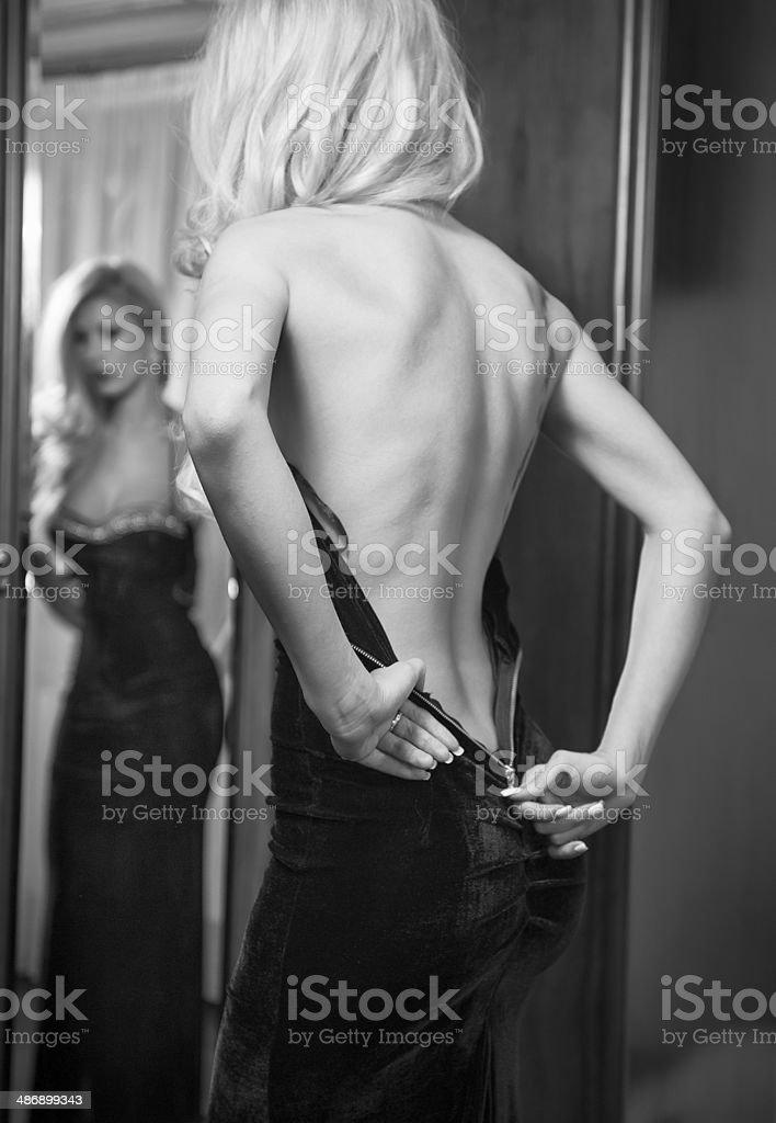 Junge schöne luxuriöse Frau leichtfüßig über Ihr langes Kleid – Foto