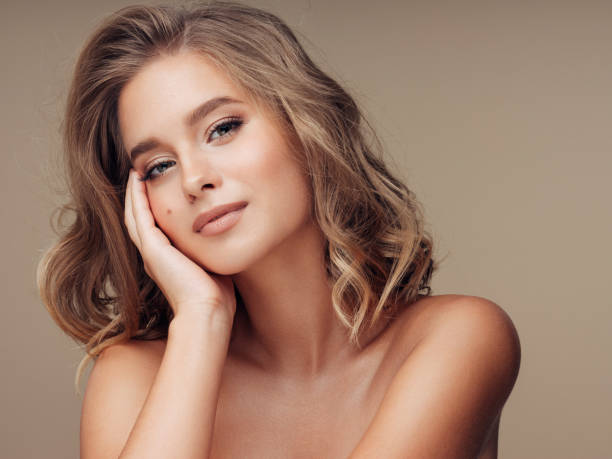 young beautiful model with long wavy well groomed hair - capelli mossi foto e immagini stock