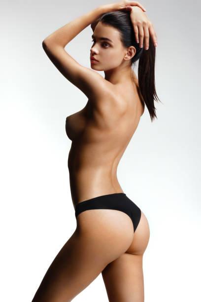 Junge schöne Modell mit nackten Brüsten – Foto