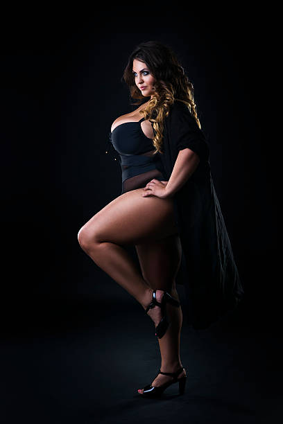 young beautiful plus size model in underwear, xxl woman - cuisse photos et images de collection