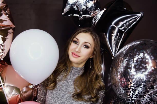 junge schöne sexy mädchen mit luftballons funkelt. auf der party feiert er seinen geburtstag - pailletten shirt stock-fotos und bilder
