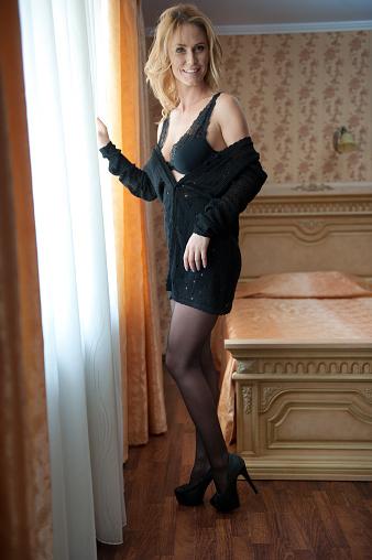 6200a789840da9 Junge Schöne Sexy Frau In Schwarzen Bh Und Rock Posiert In Fenster Licht In  Vintage Hotelzimmer Sinnliche Blonde Lange Haare Weibchen Bleiben In Der  Nähe ...