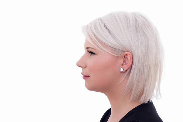 giovane e bella donna sorridente - capelli ossigenati foto e immagini stock