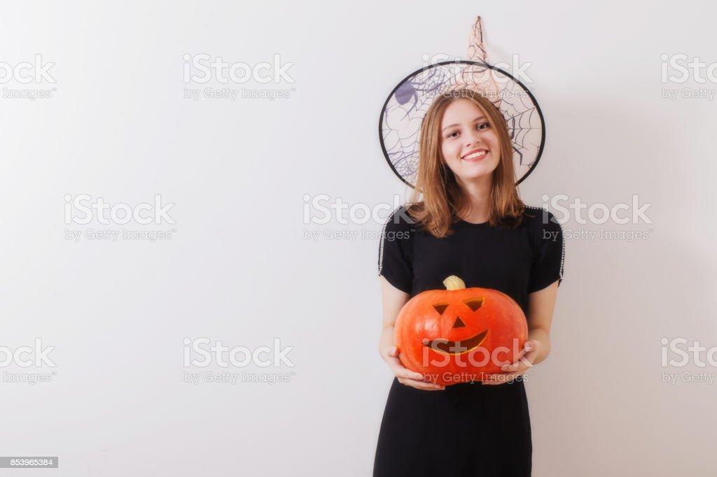 joven hermosa bruja en la pared de fondo blanco - foto de stock