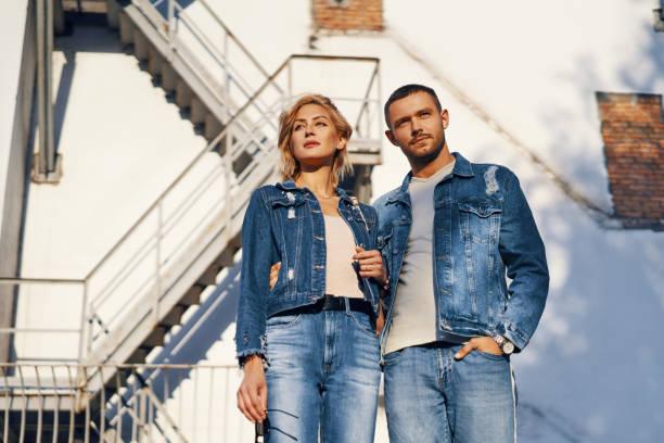 Junge schöne Frau und Mann in Jeans Tuch posiert auf urbane Architektur – Foto