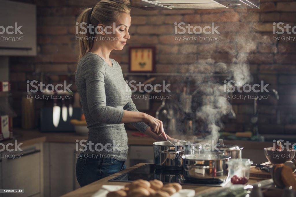 Junge schöne Frau, Mittagessen in der Küche kochen. – Foto