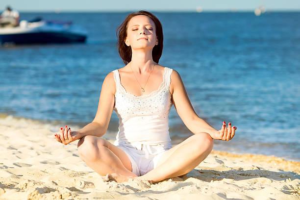 Junge schöne Frau während der yoga – Foto