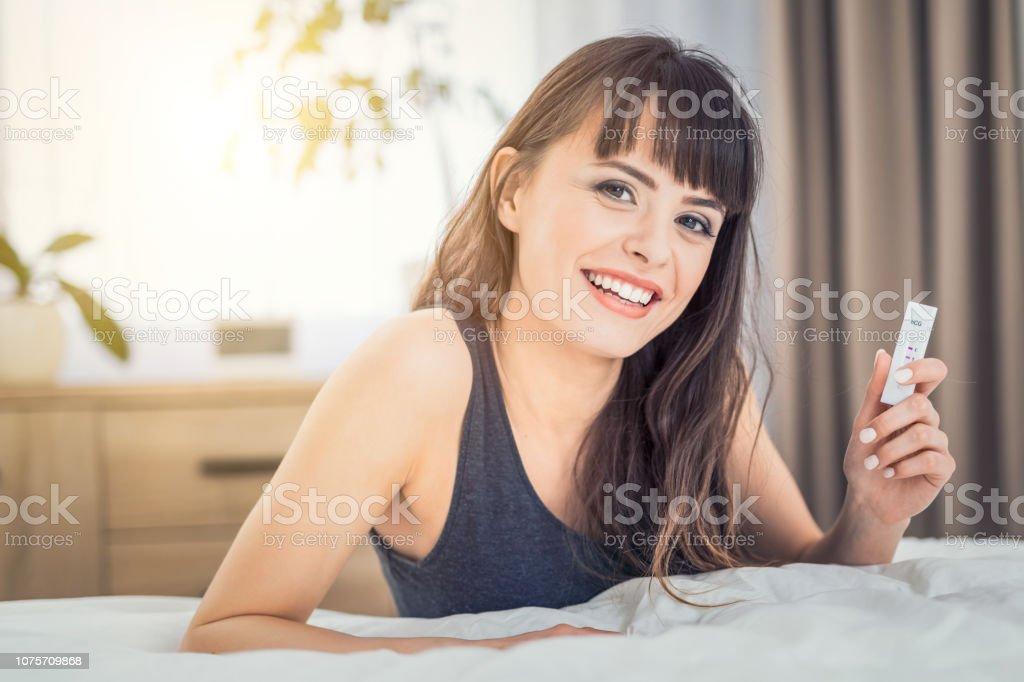 Junge schöne Frau mit einem Schwangerschaftstest. – Foto