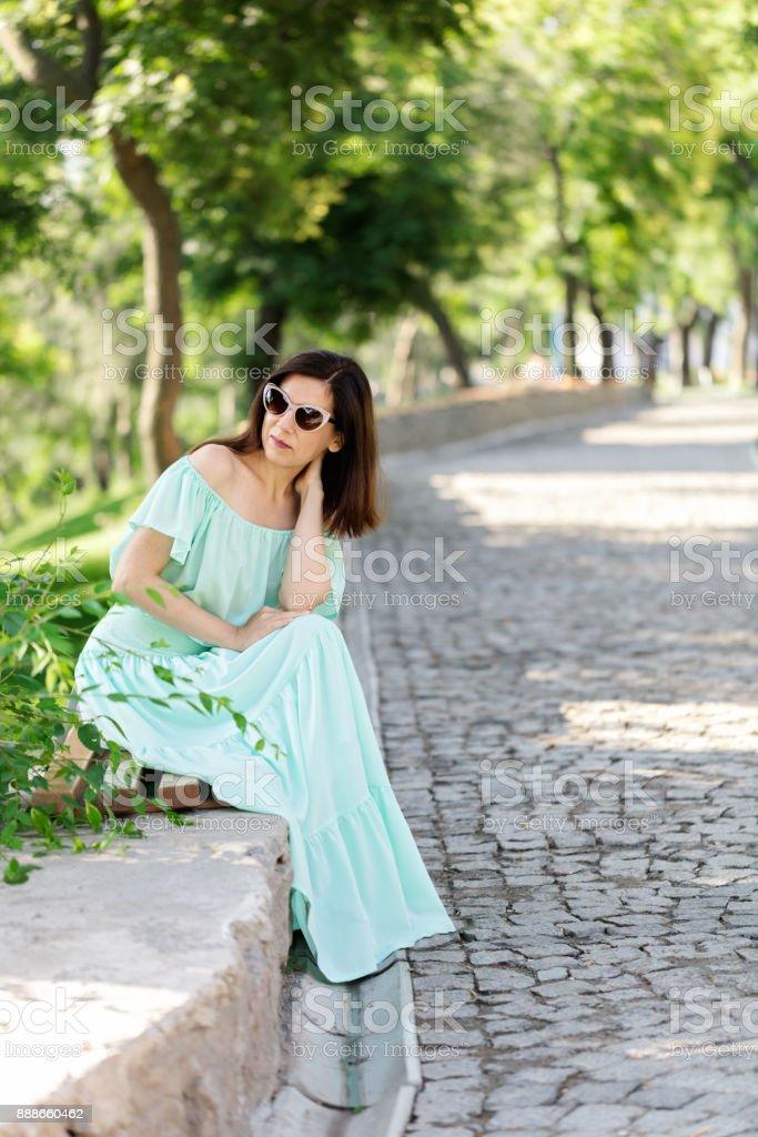 Junge Schone Frau In Einem Leichten Grun Pastell Langes Kleid Sitzt Auf Einer Parkbank Stockfoto Und Mehr Bilder Von Aquamarin Edelstein Istock